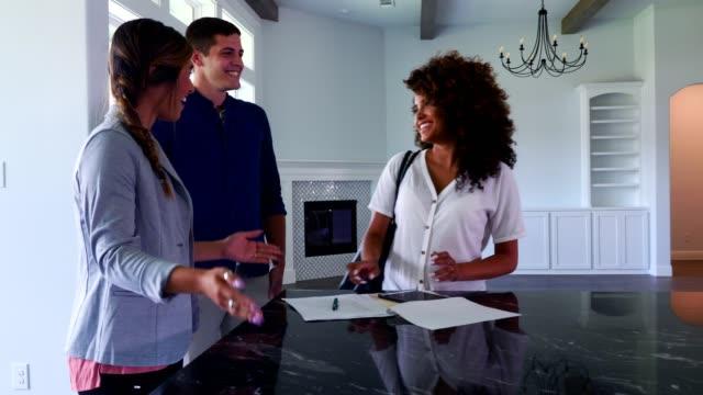 興奮的夫婦接近他們的新家 - 文件工作 個影片檔及 b 捲影像
