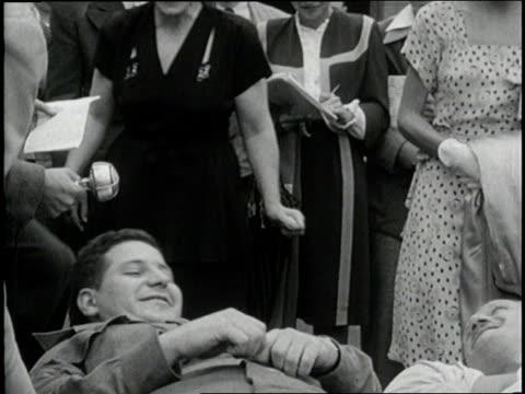 stockvideo's en b-roll-footage met excited crowds meet jubilant soldiers returning to the united states - doodskist