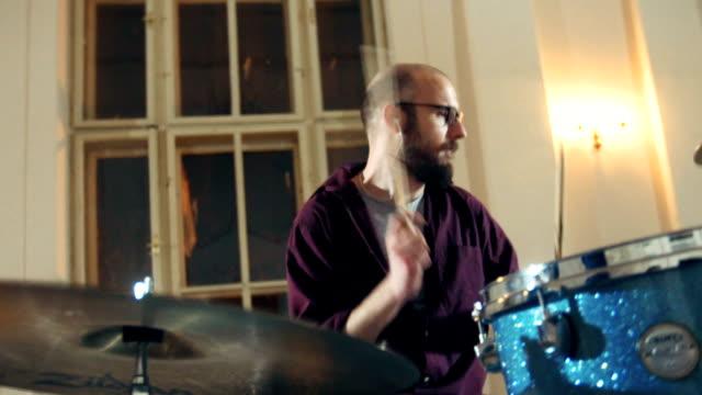 stockvideo's en b-roll-footage met opgewonden drummer man drummen - drummer