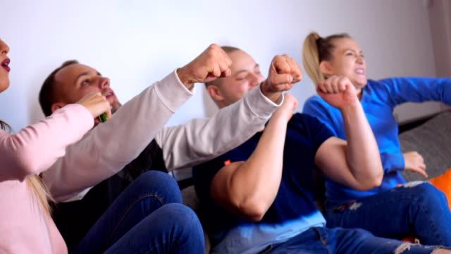 vídeos de stock, filmes e b-roll de amigos animados, assistir jogo de futebol - de braço levantado