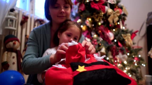 vidéos et rushes de fille excitée d'ouverture présente sur noël - tante