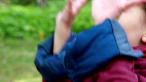 vidéos et rushes de petite fille excitée pointant vers quelque chose dans le ciel - 4 5 ans
