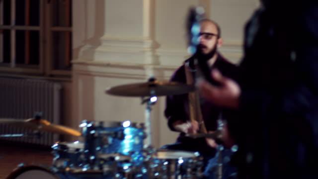 aufgeregt rockmusiker genießen lieblings musik - musiker stock-videos und b-roll-filmmaterial