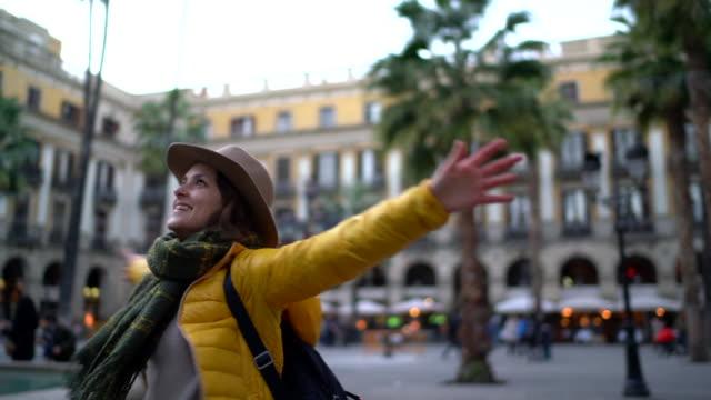vídeos de stock e filmes b-roll de excited tourist in barcelona - atividade recreativa