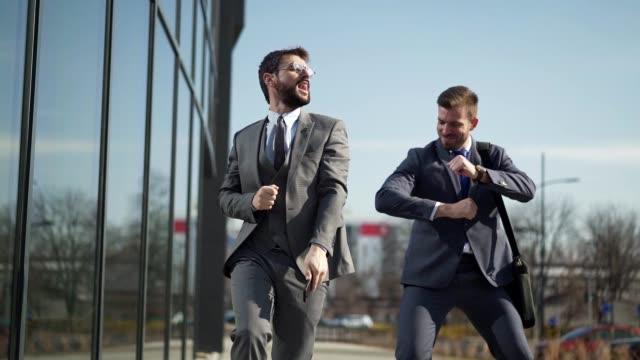 vidéos et rushes de commerçants excités célébrant leur succès avec la danse drôle - collègue