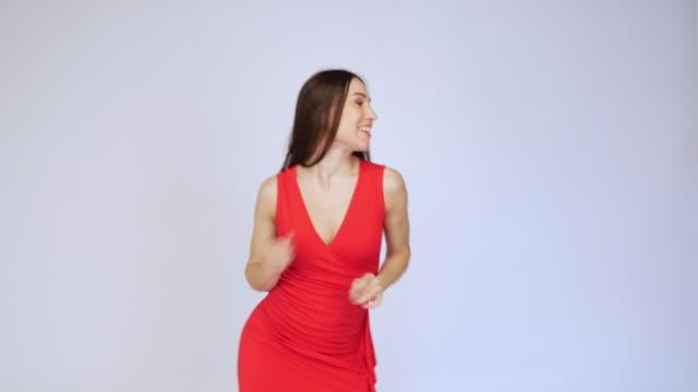 Erregte Frau tanzen rhythmisch isoliert auf weißem Hintergrund