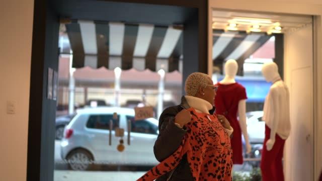 vídeos y material grabado en eventos de stock de mujer emocionada probando ropa en una tienda - 40 seconds or greater