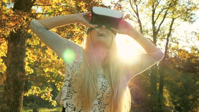 vidéos et rushes de excitation en réalité virtuelle - casque téléphonique