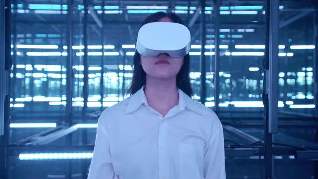 aufregung von asiatischen teenager-mädchen tragen virtual-reality-headset und gestikulieren, während der vr-erfahrung in bunten uv-beleuchtung in dunkler nacht berühren. innovationskonzept. - arts culture and entertainment stock-videos und b-roll-filmmaterial