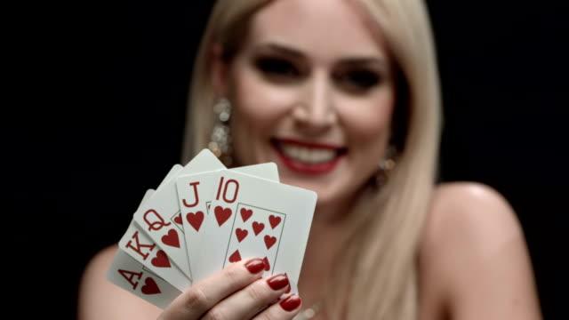 vídeos de stock e filmes b-roll de hd: excitante mulher com cartas do mesmo naipe - póquer