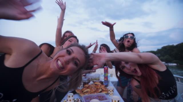 vídeos de stock, filmes e b-roll de mulher de excitação a celebrar uma festa de despedida de solteiro num barco - despedida de solteira