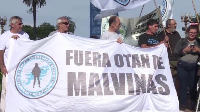 excombatientes argentinos que lucharon en la guerra de malvinas de 1982 se manifestaron en buenos aires para repudiar 184 anos de ocupacion ilegitima... - reino unido stock videos & royalty-free footage