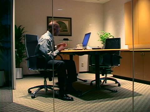 stockvideo's en b-roll-footage met exec in office - overhemd en stropdas