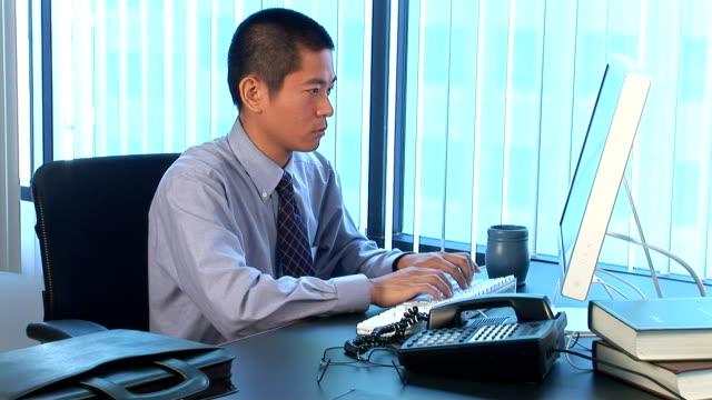 exec in office - デスクトップ型パソコン点の映像素材/bロール