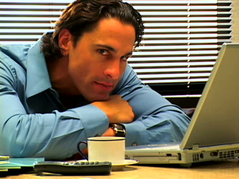 vidéos et rushes de exec on laptop - seulement des jeunes hommes