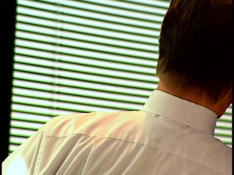 vídeos de stock, filmes e b-roll de exec on phone - camisa e gravata