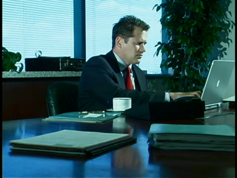 executive at desk - formelle geschäftskleidung stock-videos und b-roll-filmmaterial