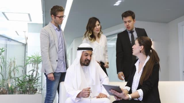 アラブのビジネスマンとの会話を持つエグゼクティブビジネスチーム - クウェート点の映像素材/bロール
