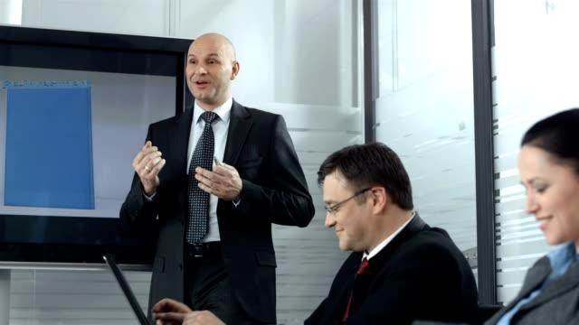 CARRINHO DE HD: Executivo dando uma apresentação