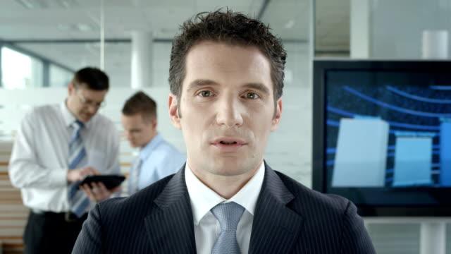 HD: Executive haben eine Video-Konferenz im Büro