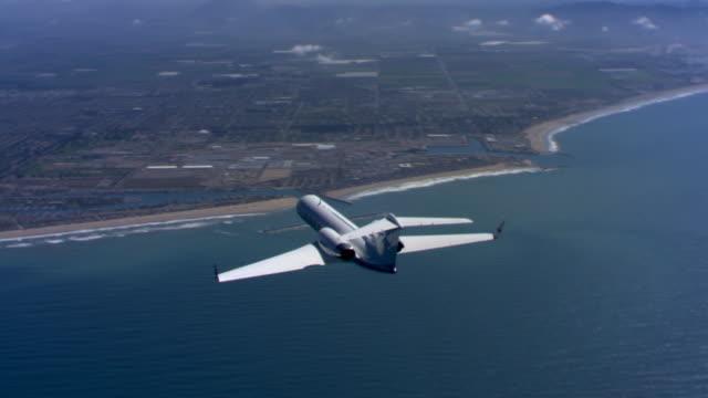 vidéos et rushes de executive jet from behind and to side - avion privé d'entreprise