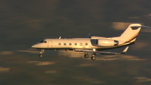 vidéos et rushes de executive jet stretching across frame - avion privé d'entreprise