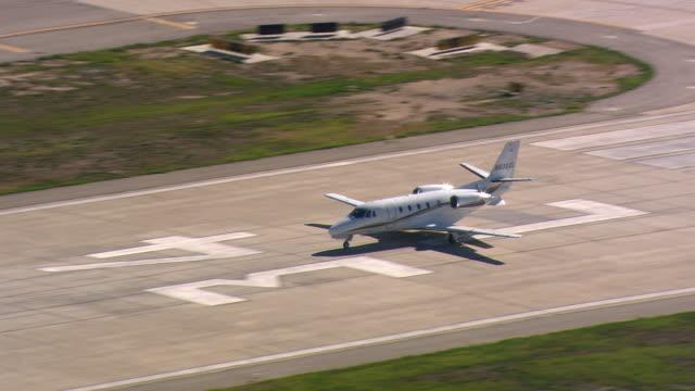 vidéos et rushes de executive jet taking off - avion privé d'entreprise
