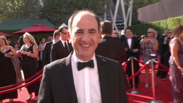 vídeos y material grabado en eventos de stock de executive producer/director/writer armando iannucci posing for paparazzi on the red carpet at nokia theater live - armando iannucci