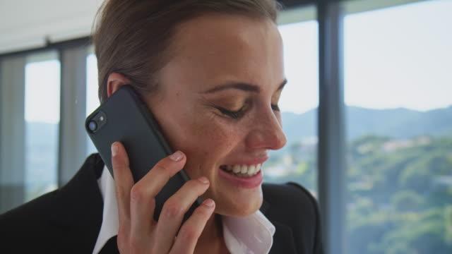 vídeos y material grabado en eventos de stock de ejecutivo hablando por teléfono móvil en pasos - confianza