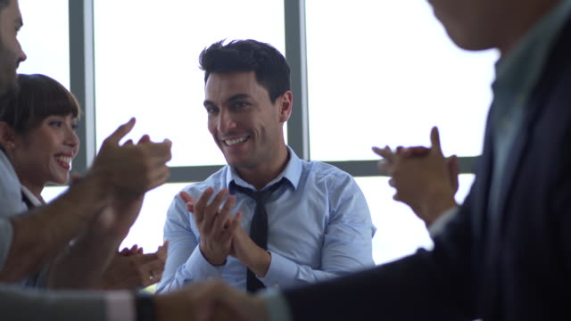vídeos de stock e filmes b-roll de executives applauding in a business meeting ,cheerful business group applaud speaker in seminar - apresentação discurso