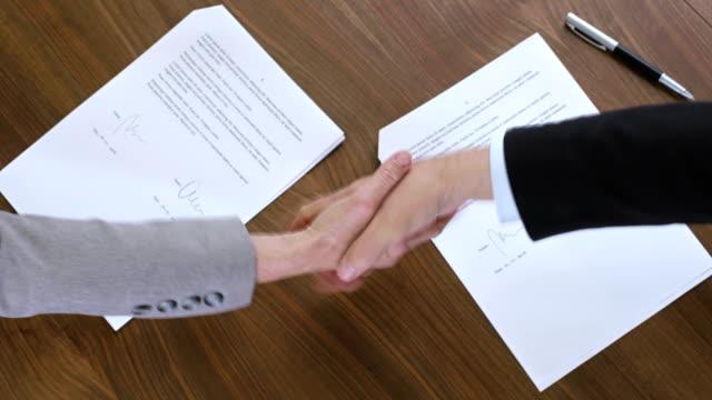 CS Geschäftsleuten beim Händeschütteln