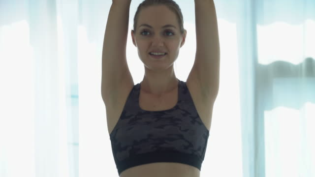 stockvideo's en b-roll-footage met oefening thuis - alleen oudere vrouwen