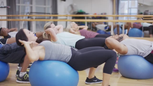 stockvideo's en b-roll-footage met oefening ballen in fitness klasse - healthclub