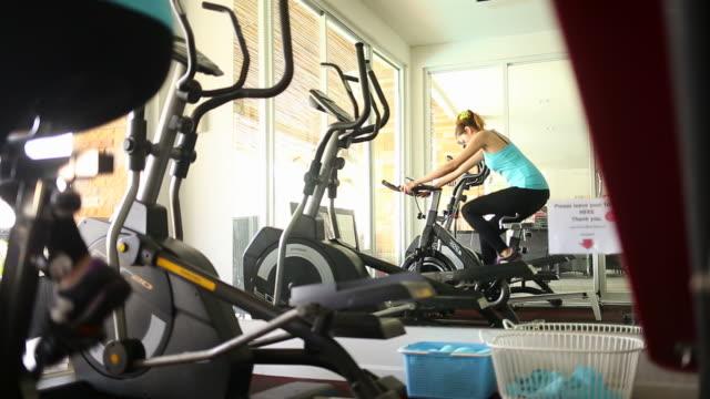 vídeos y material grabado en eventos de stock de bicicleta fija - bicicleta estática