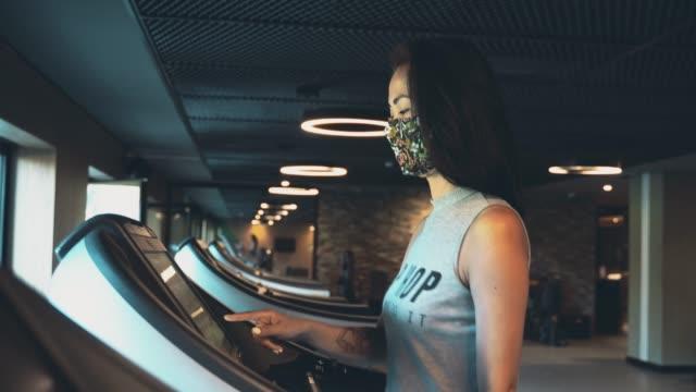 vidéos et rushes de exercice sur tapis roulant avec masque facial pendant covide-19 - entraînement cardiovasculaire