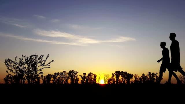 oefening silhouet in het land in de zonsondergang