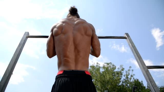 vídeos de stock e filmes b-roll de exercise - flexão de braço com peso