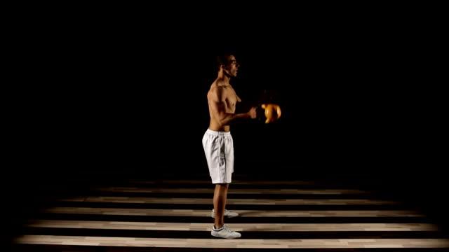 übung mit hantel - menschlicher muskel stock-videos und b-roll-filmmaterial