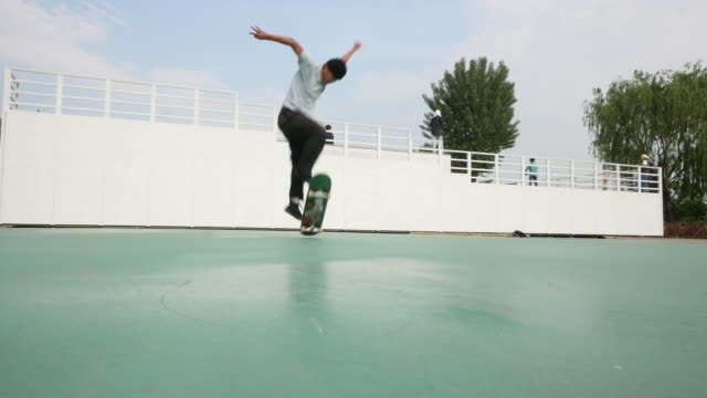 exercise - young person skateboarding at skate park in city - jumping stock videos & royalty-free footage