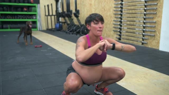 vídeos de stock, filmes e b-roll de exercising in gym - sutiã para esportes