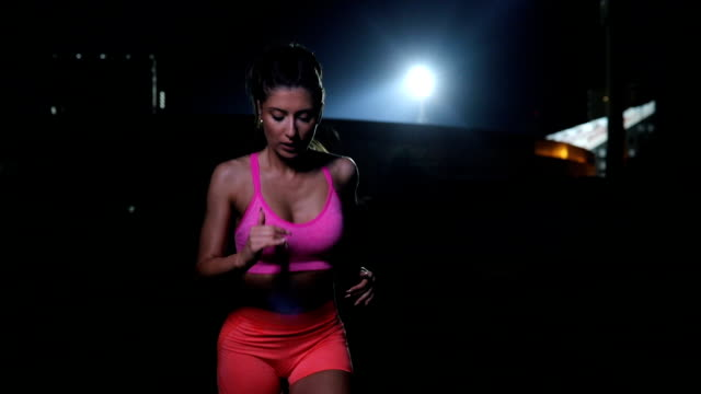 vídeos de stock, filmes e b-roll de exercício no escuro - sutiã para esportes