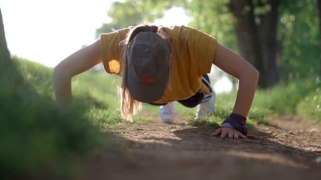 vídeos de stock e filmes b-roll de exercising in the forest - flexão de braço
