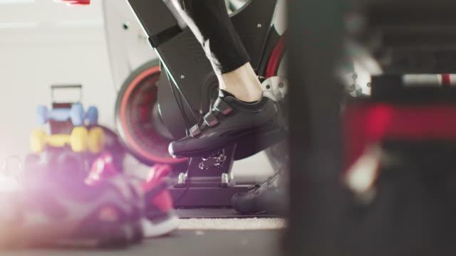 固定自転車での運動 - インドアサイクリング点の映像素材/bロール