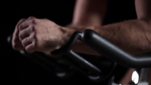 spinning personen - heimtrainer stock-videos und b-roll-filmmaterial