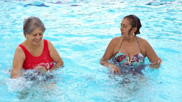 stockvideo's en b-roll-footage met het lichaam trainen in het zwembad - new age