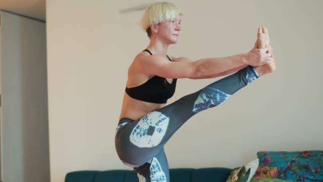 exercising yoga - auf einem bein stock-videos und b-roll-filmmaterial