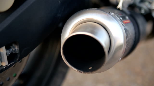 stockvideo's en b-roll-footage met uitlaatpijp van een motorfiets, close-up - motor oil