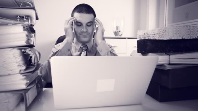 vidéos et rushes de hd dolly: homme d'affaires épuisé un massage de la tête - chemise et cravate