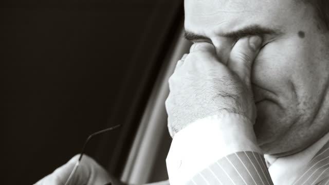 vídeos de stock, filmes e b-roll de hd: exausto empresário - acessório ocular