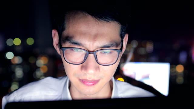 夜に働く疲弊したビジネスマン - exhaustion点の映像素材/bロール